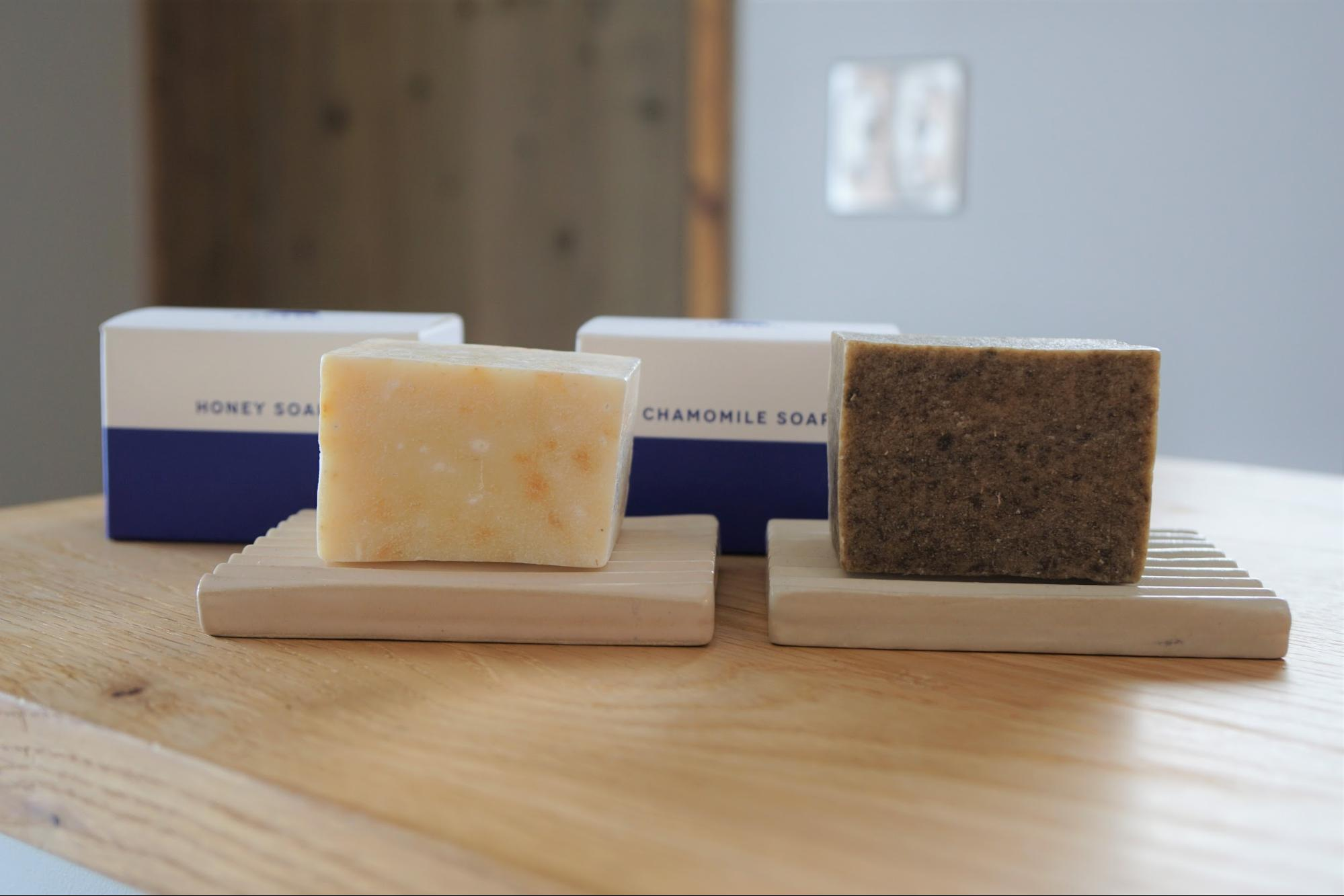 はちみつ石鹸(左)・カモミール石鹸(右)