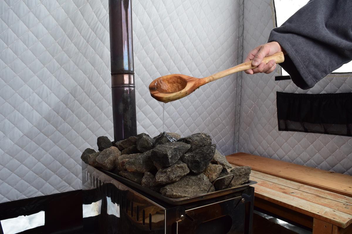 春山さんお手製のひしゃくでサウナストーンに水をかける