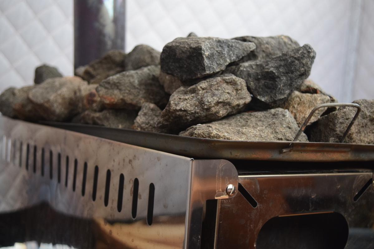 沼田町産の玄武岩をサウナストーンとして使う
